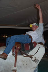 Photo man riding a bucking bull